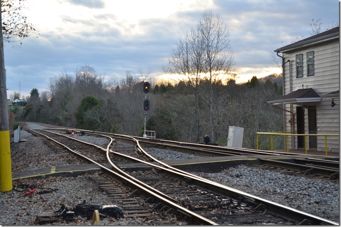 This NS approach signal at Frisco reveals that 72K is coming back east to tie up his engines. The track leading off down the hill to the left is the connection to the Clinchfield which NS uses to access Kingsport via trackage rights. Frisco TN.